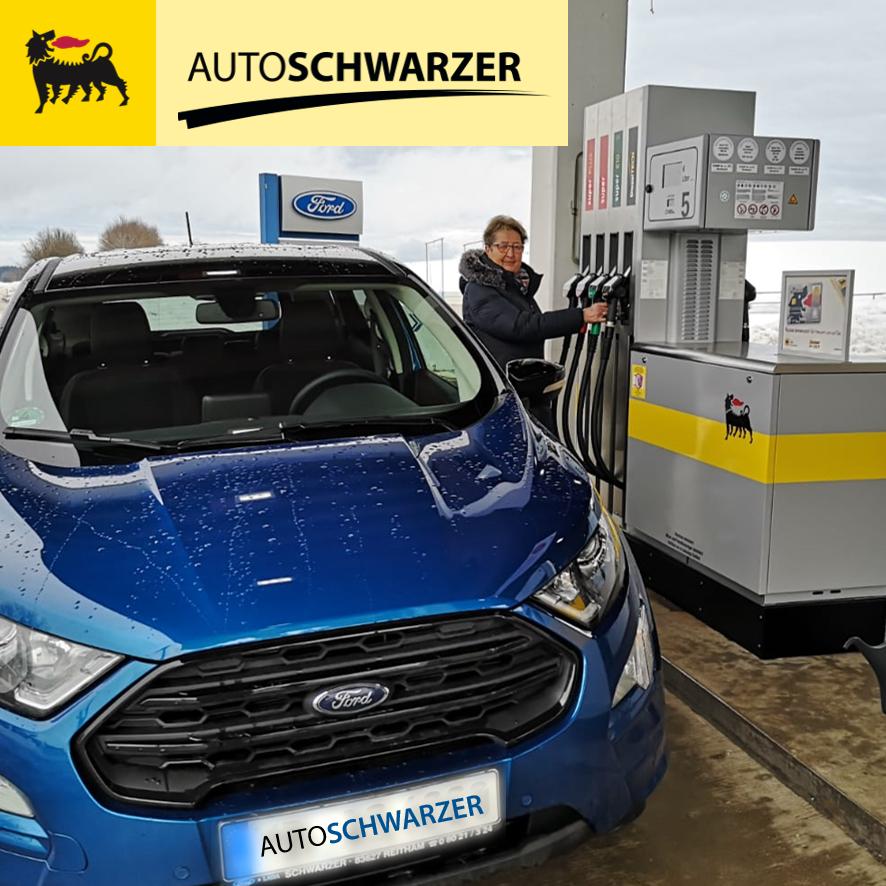 Hildegard Schwarzer tankt als erste Kundin einen Ford EcoSport an unserer neueröffneten Agip Service Station
