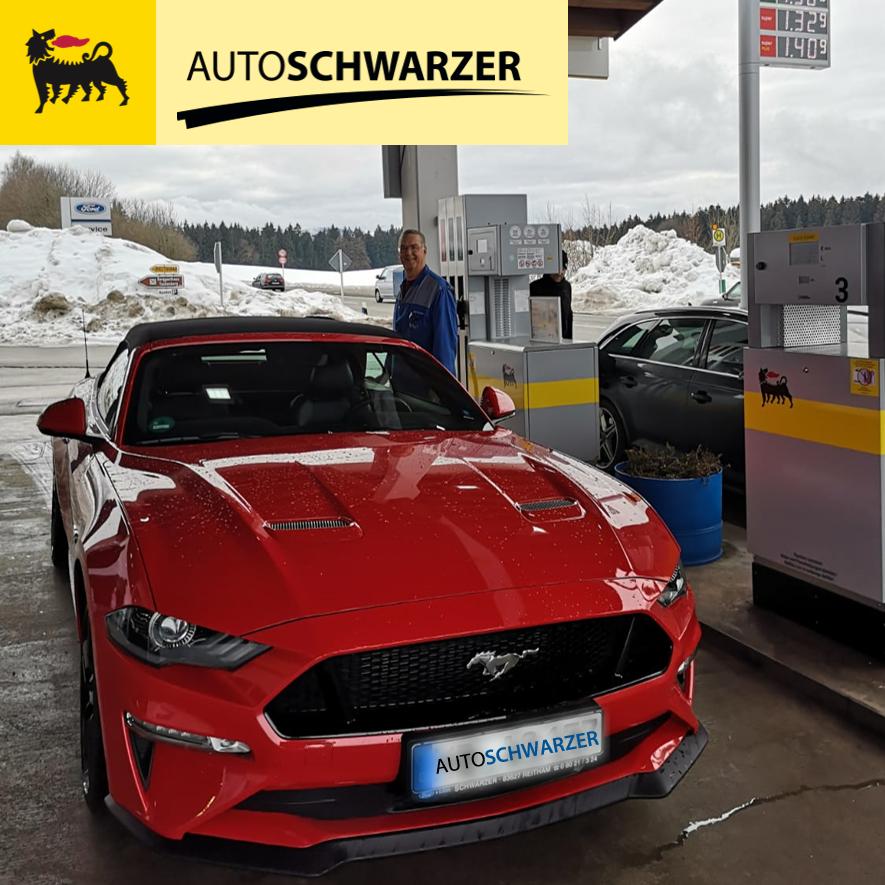 Adolf Schwarzer tankt einen Ford Mustang als Erstkunde an unserer neueröffneten Agip Service Station
